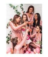 Rosa klänningar i sammet passar perfekt som tärnklänning